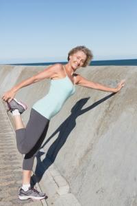 Ejercicio denominado como estiramiento estático pasivo, su objetivo es estirar el músculo cuádriceps.