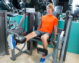 Ejercicio analítico. Trabajo de los músculos extensores de rodilla, como el cuádriceps en máquina.